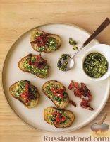 Фото к рецепту: Гренки с соусом песто и вялеными помидорами