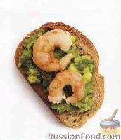 Фото к рецепту: Простой бутерброд с авокадо и креветками