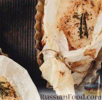 Фото к рецепту: Куриные рулетики с моцареллой и беконом (в пергаменте)