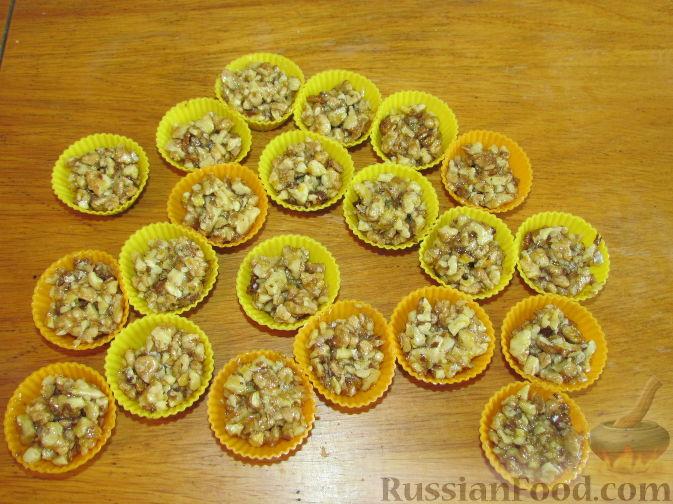 Фото приготовления рецепта: Лимонно-апельсиновые конфеты с орехами и медом - шаг №6