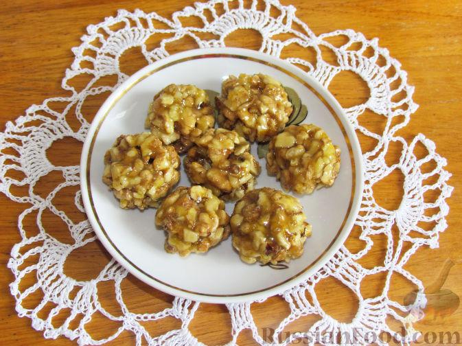 Фото приготовления рецепта: Лимонно-апельсиновые конфеты с орехами и медом - шаг №7