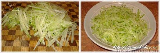 Фото приготовления рецепта: Салат из редьки с курицей - шаг №7