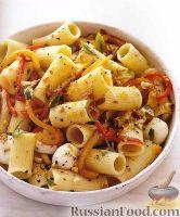 Фото к рецепту: Салат из макарон, сыра и печеного перца