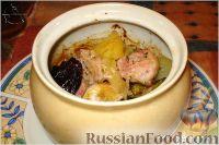 Фото к рецепту: Мясо, запеченное в горшочках с картошкой и фруктами