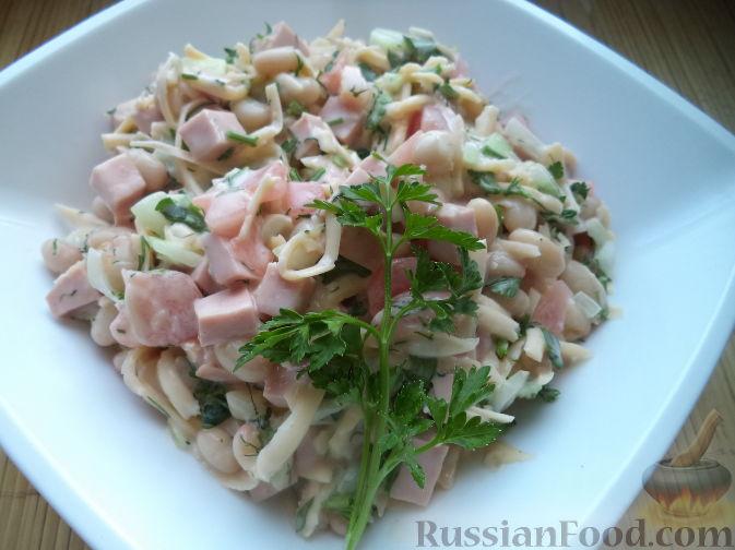салат с фасолью и копченой колбасой и помидорами