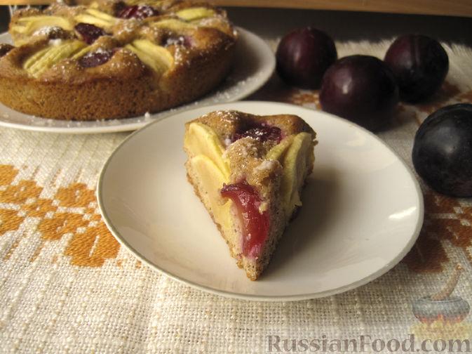 Фото к рецепту: Ореховый пирог с яблоками и сливами