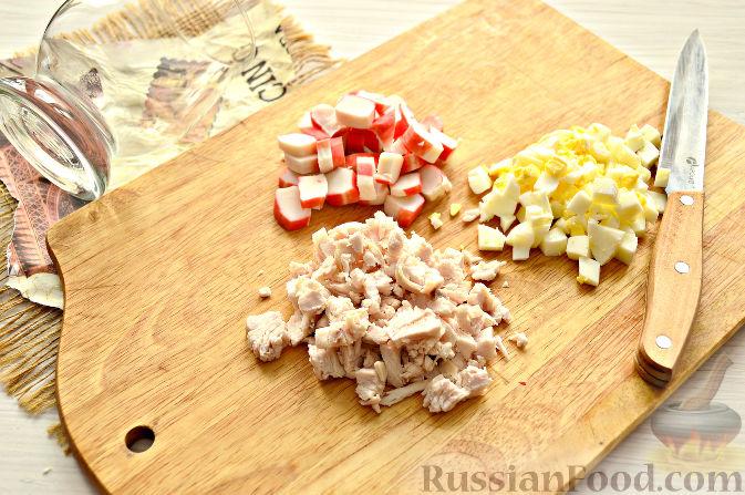 Фото приготовления рецепта: Куриная печень, тушенная с капустой и плавленым сыром - шаг №10
