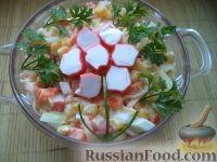 Фото к рецепту: Салат из сыра с консервированной кукурузой и крабовыми палочками