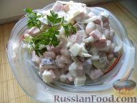 Фото к рецепту: Салат из колбасы, огурцов и фасоли