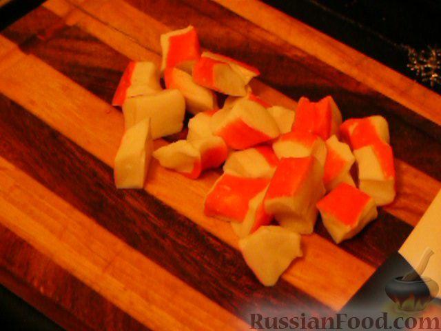 Фото приготовления рецепта: Слоеный салат с крабовым мясом - шаг №3