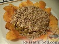 """Фото к рецепту: Салат """"Подсолнух"""" с курицей и грибами"""