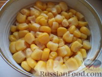 Фото приготовления рецепта: Салат из кукурузы с сыром - шаг №5