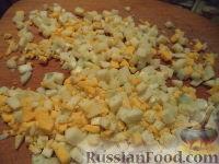 Фото приготовления рецепта: Салат из кукурузы с сыром - шаг №4