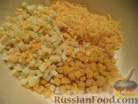 Фото приготовления рецепта: Салат из кукурузы с сыром - шаг №6