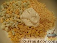Фото приготовления рецепта: Салат из кукурузы с сыром - шаг №7