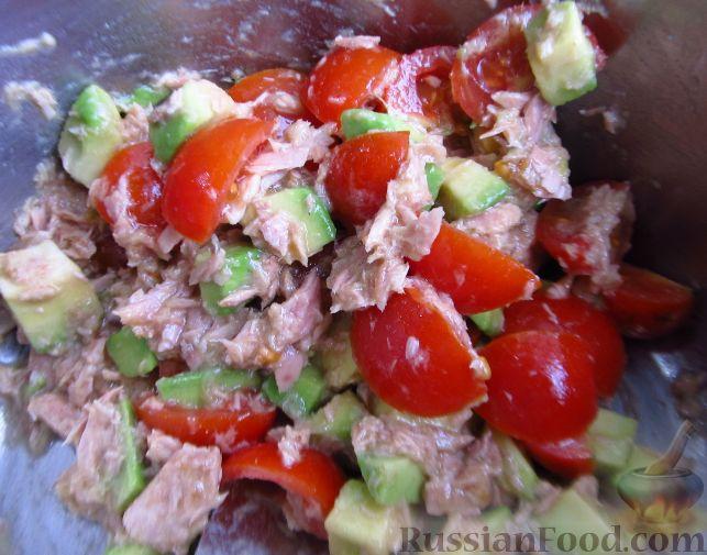 Салат из тунца и авокадо с помидорами и