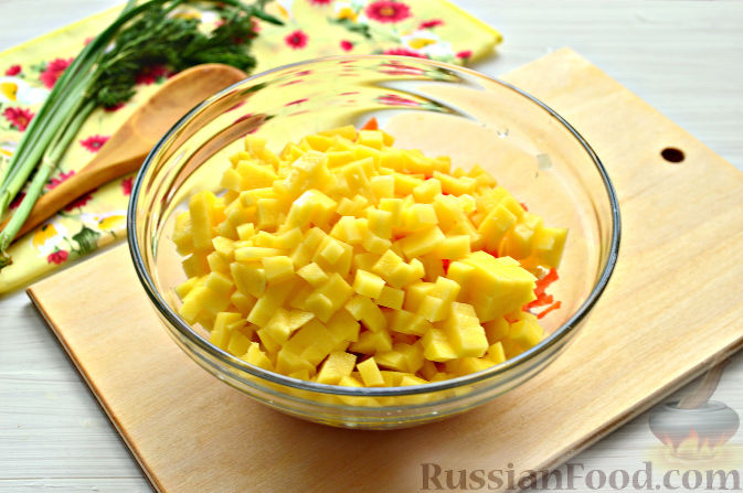 Фото приготовления рецепта: Cвинина, тушенная со свёклой, солёными огурцами и помидорами - шаг №12