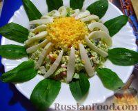"""Фото к рецепту: Салат из пекинской капусты и крабовых палочек """"Ромашка"""""""