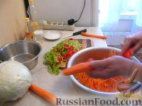 """Фото приготовления рецепта: Салат из капусты """"Витаминный"""" - шаг №4"""