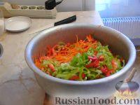 """Фото приготовления рецепта: Салат из капусты """"Витаминный"""" - шаг №6"""