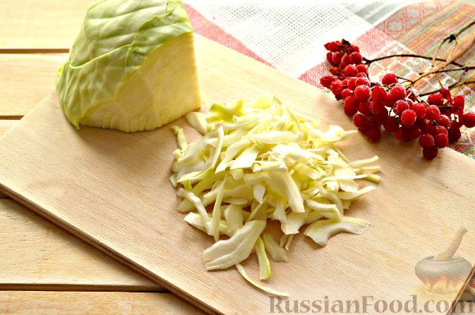 Фото приготовления рецепта: Капустный салат с апельсином и калиной - шаг №2