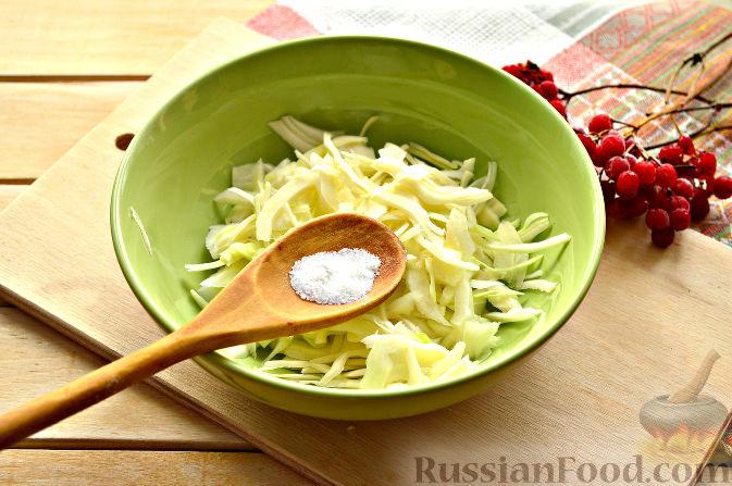 Фото приготовления рецепта: Капустный салат с апельсином и калиной - шаг №3