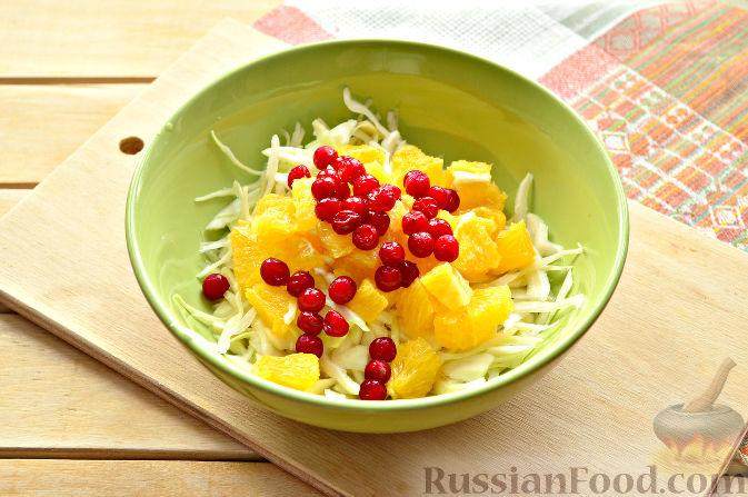 Фото приготовления рецепта: Капустный салат с апельсином и калиной - шаг №6