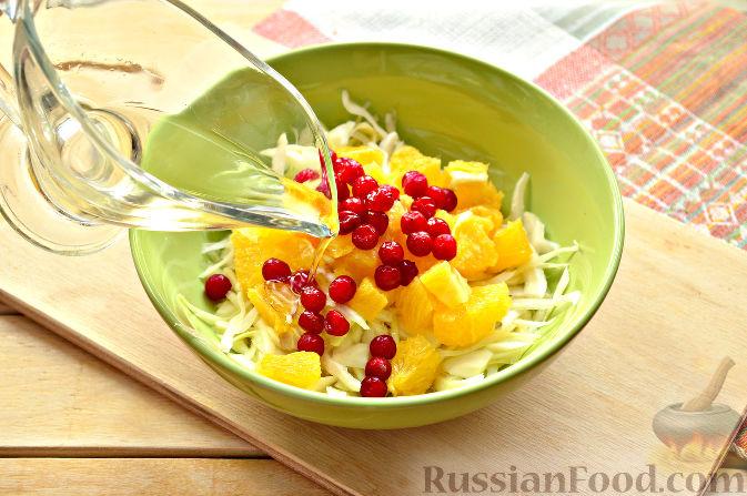 Фото приготовления рецепта: Капустный салат с апельсином и калиной - шаг №7