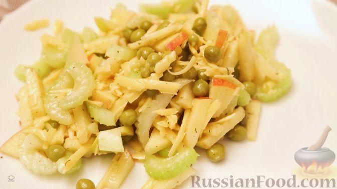 Фото к рецепту: Салат с сельдереем, яблоком и сыром