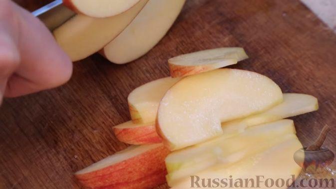 Фото приготовления рецепта: Салат с сельдереем, яблоком и сыром - шаг №3