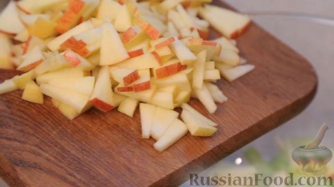 Фото приготовления рецепта: Салат с сельдереем, яблоком и сыром - шаг №4