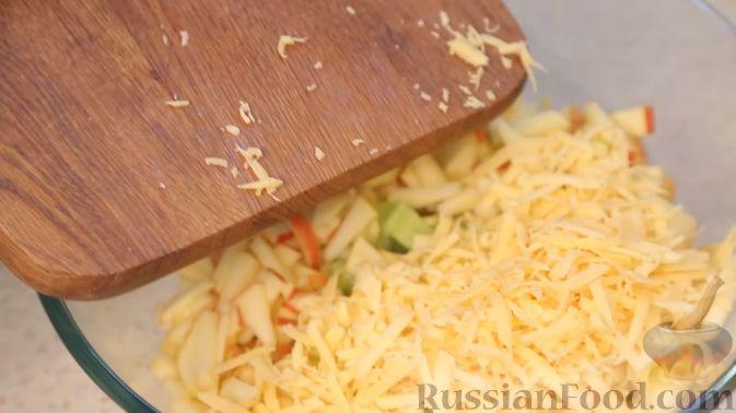 Фото приготовления рецепта: Салат с сельдереем, яблоком и сыром - шаг №5