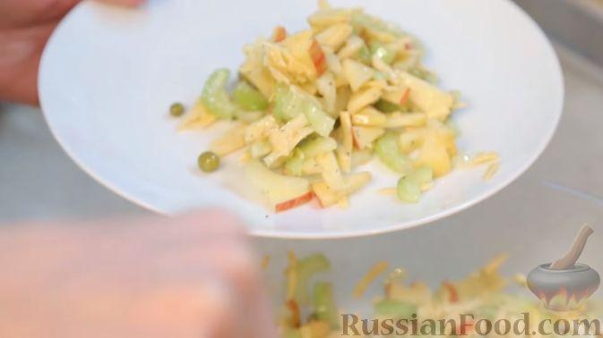 Фото приготовления рецепта: Салат с сельдереем, яблоком и сыром - шаг №9