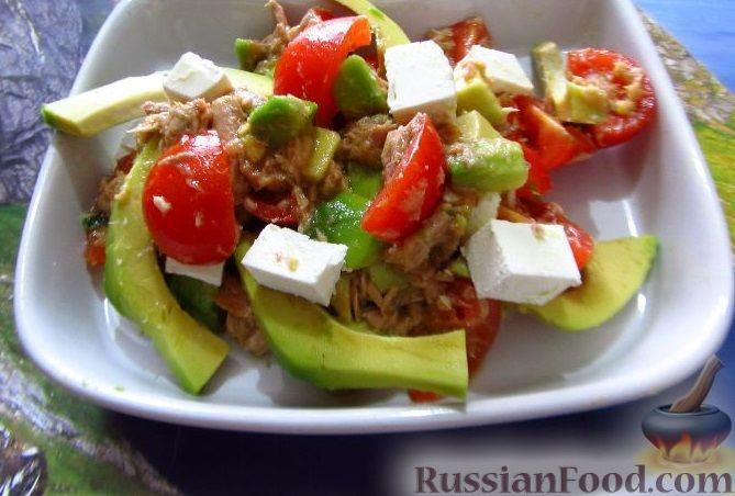 салат с авокадо и тунцом и помидорами