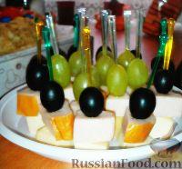 Фото к рецепту: Канапе с копченой куриной грудкой, сыром и виноградом
