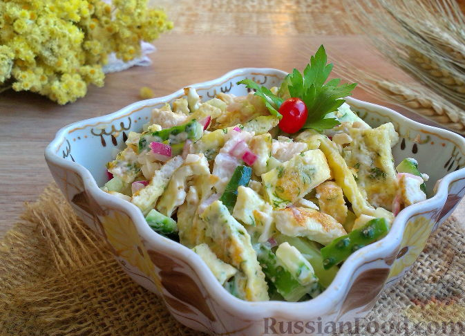 Салат с яичными блинчиками и крабовыми палочками рецепт