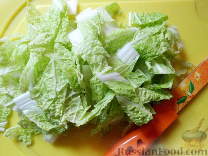 Фото приготовления рецепта: Салат из пекинской капусты, с апельсином, яблоком, орехами - шаг №3