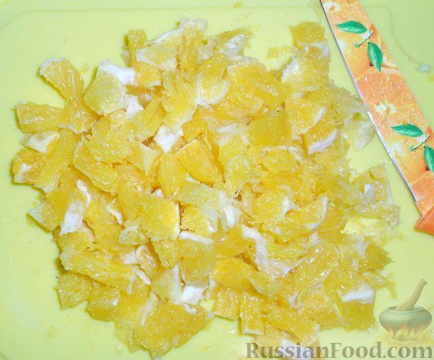 Фото приготовления рецепта: Салат из пекинской капусты, с апельсином, яблоком, орехами - шаг №4