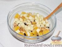 Фото приготовления рецепта: Фруктовый салат с шоколадом и взбитыми сливками - шаг №6