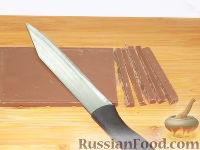 Фото приготовления рецепта: Фруктовый салат с шоколадом и взбитыми сливками - шаг №7