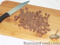 Фото приготовления рецепта: Фруктовый салат с шоколадом и взбитыми сливками - шаг №8