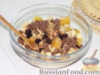 Фото приготовления рецепта: Фруктовый салат с шоколадом и взбитыми сливками - шаг №9