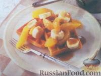 Фото к рецепту: Вафли с фруктами и карамелью