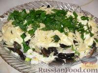 Фото к рецепту: Слоеный салат с рыбой и грибами