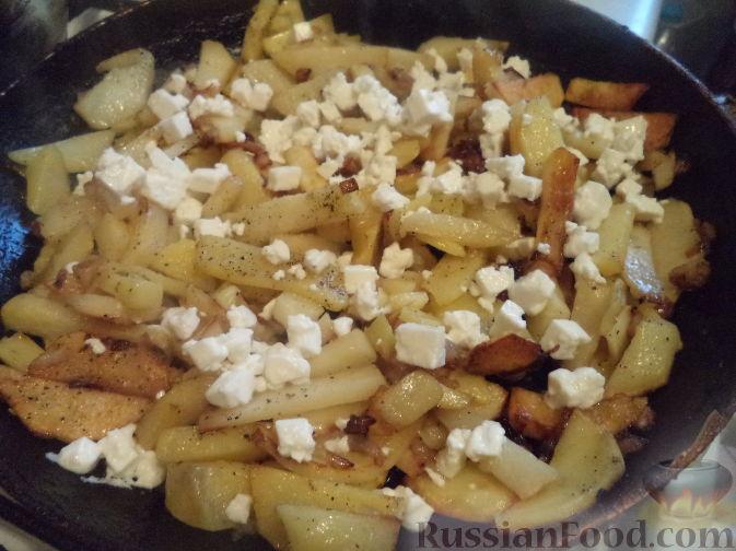 Фото приготовления рецепта: Cвинина, тушенная со свёклой, солёными огурцами и помидорами - шаг №13