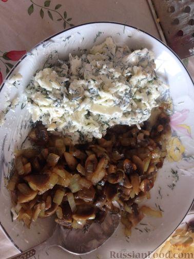 Фото приготовления рецепта: Закуска из творога, с твёрдым сыром, фетой, орехами и гранатом - шаг №10