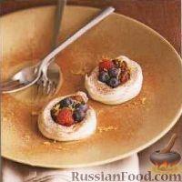 Фото к рецепту: Меренги с сырным кремом и ягодами