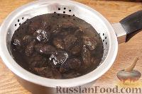 Фото приготовления рецепта: Чернослив с грецкими орехами, под сметанным кремом - шаг №2