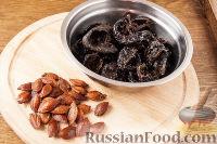 Фото приготовления рецепта: Чернослив с грецкими орехами, под сметанным кремом - шаг №3
