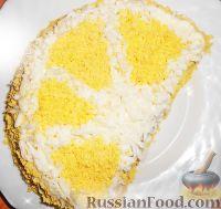 """Фото к рецепту: Салат """"Лимонная долька"""" из яиц, со шпротами, грибами, овощами"""